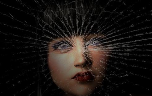 脳が考えるのを止める壊れていく女性の写真