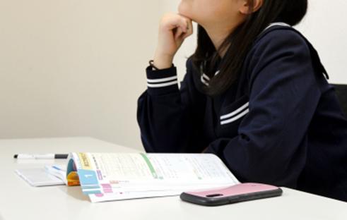 スマホを使うと勉強時間が同じでも成績が悪くなる写真