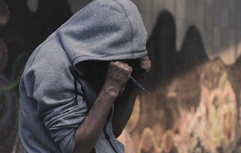 麻薬を我慢している男性の写真