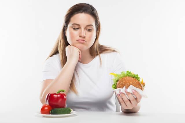 危険な食べ物を見つめている写真